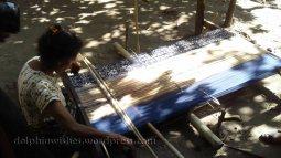 Menenun kain menjadi satu